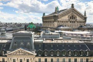 Les toits de l'Opéra Garnier, à Paris. Vue du toit terrasse des Galeries Lafayette