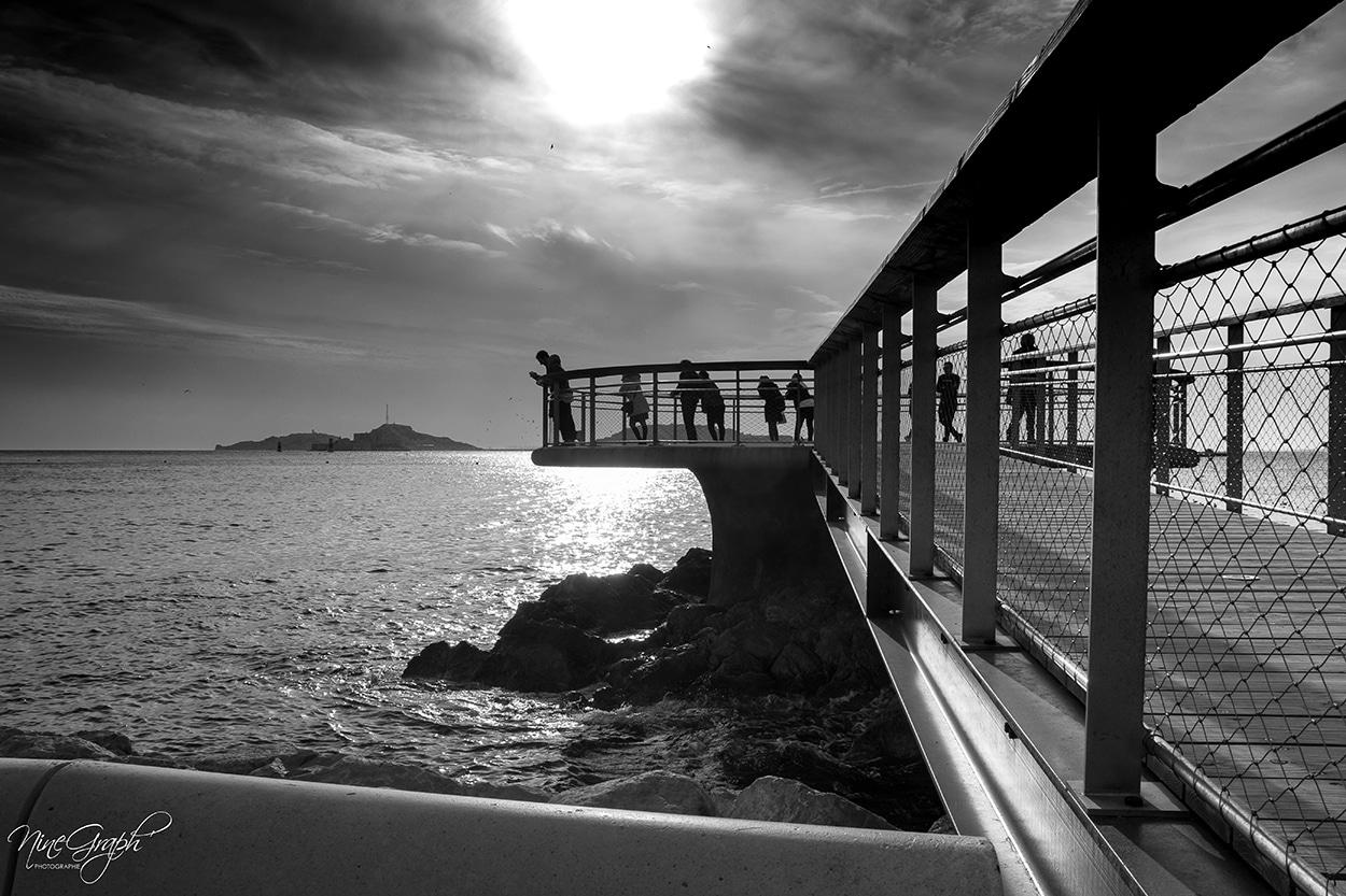 Photographie noir et blanc du ponton de la plage des Catalans à Marseille