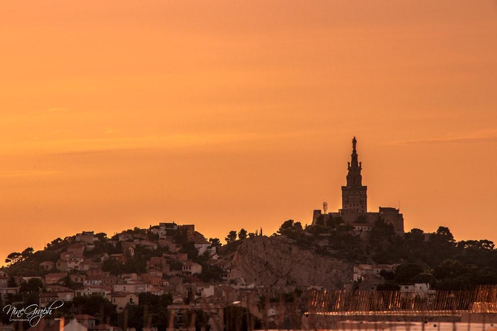 Coucher de soleil sur Notre Dame de la Garde (Bonne Mère), Marseille, vue du Grand Pavois