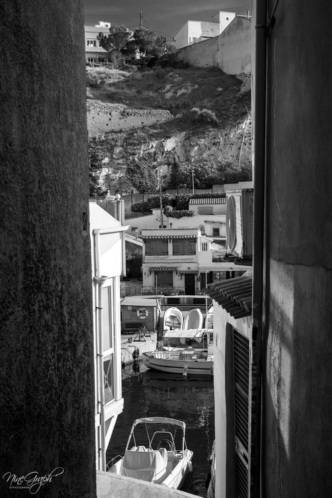 Monochrome, Descente sur le Vallon des Auffes à Marseille - Monochrome