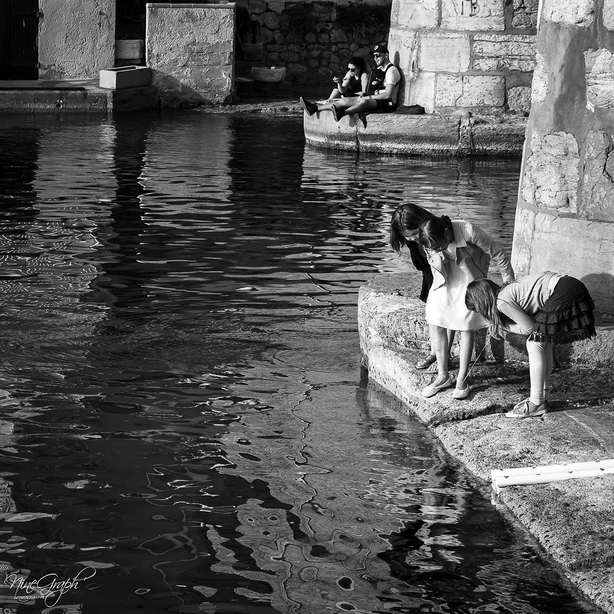 Petites filles au Vallon des Auffes à Marseille