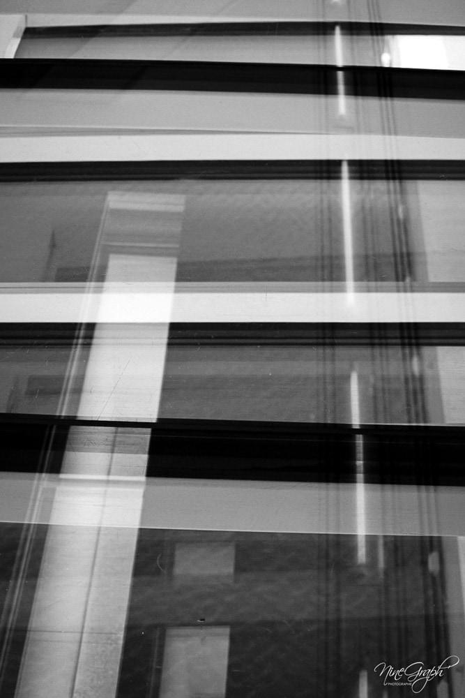 Monochrome, Reflets sur les vitres du Mucem à Marseille - Monochrome