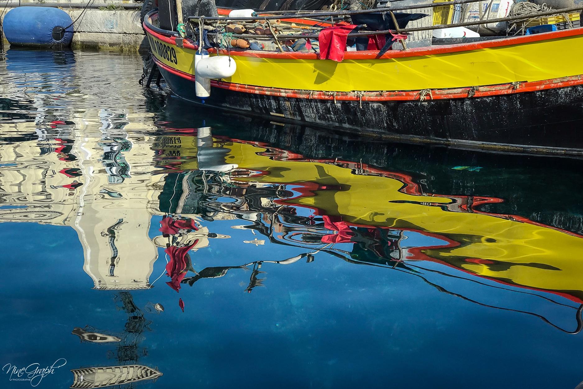 Reflet de la coque d'un bateau au port de La Ciotat